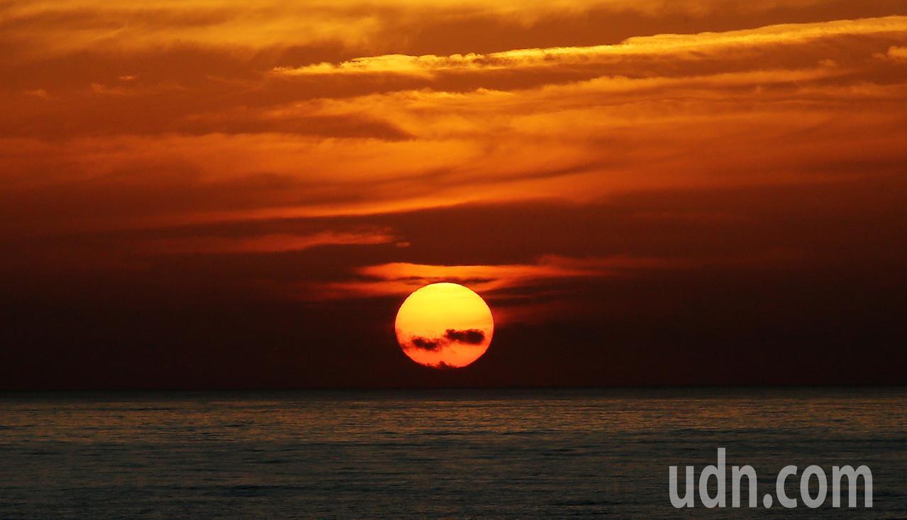 中央氣象局表示,好天氣會持續到周五,早上在花蓮七星潭從海面上緩緩升起,讓人心情大...