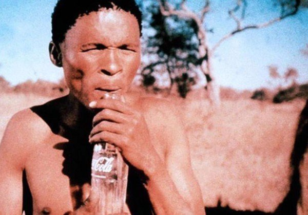 非洲裔男主角歷蘇演出「上帝也瘋狂」走紅。圖/摘自爆廢公社