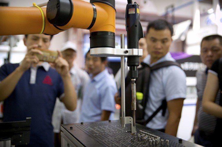 美國總統川普掀起的貿易戰恐使中國加速邁向採用先進技術製造更優質產品,在未來變得更...