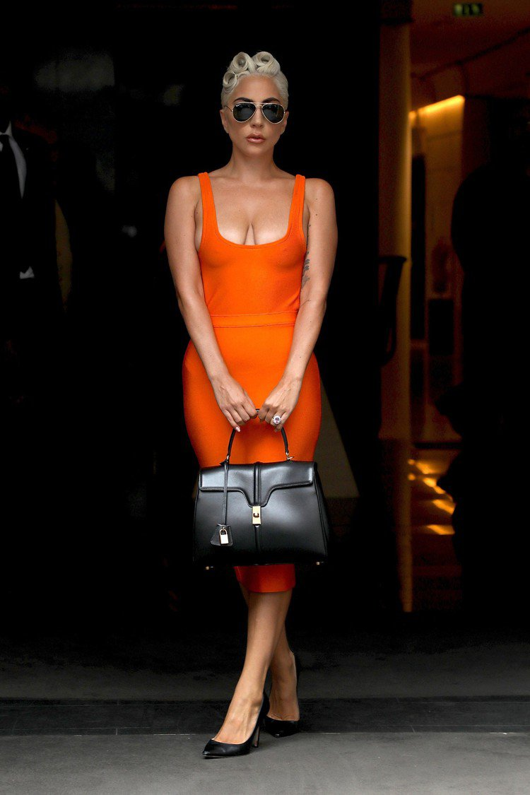 Lady Gaga手提The 16展現優雅氣度。圖/CELINE提供