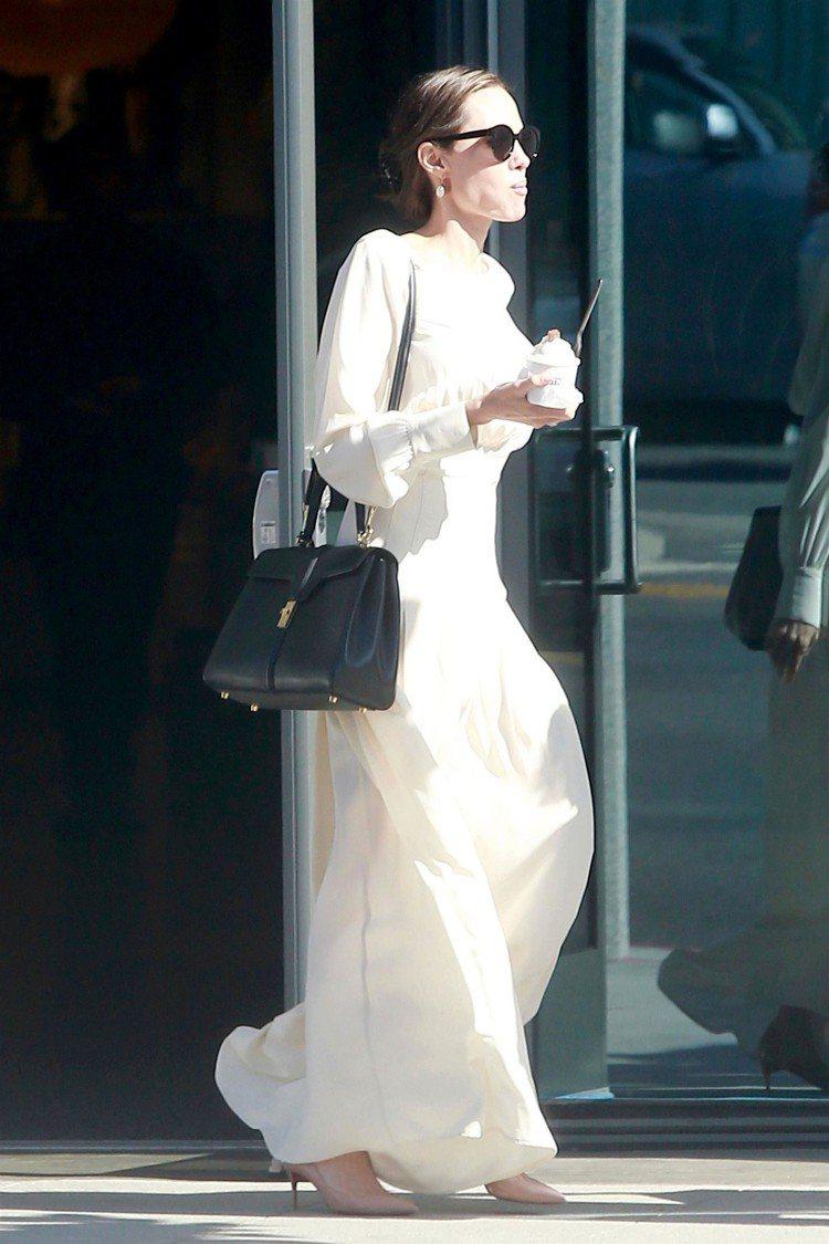 安潔莉娜裘莉側背The 16,為絲綢洋裝挹注俏皮隨性的個性。圖/CELINE提供