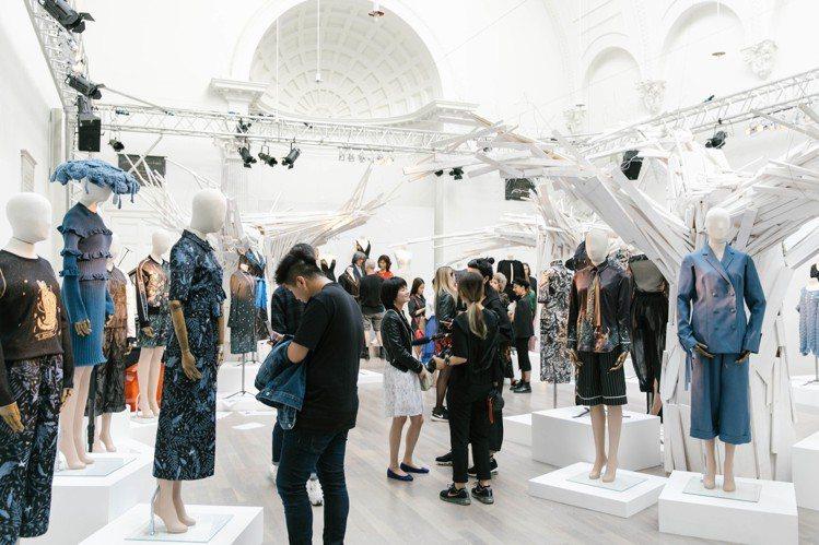 詹朴的APUJAN 除伸展台秀外此次倫敦時裝周也同步推出2019春夏的靜態展出。...