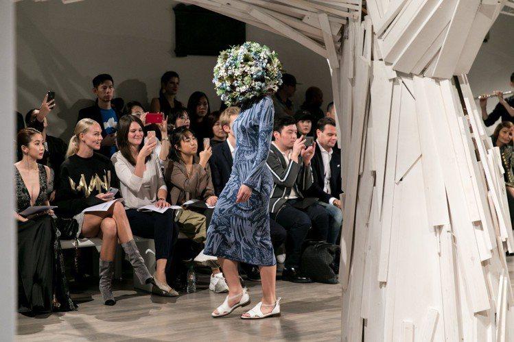 APUJAN絲質針織洋裝與充滿花朵的奇幻頭飾。圖/ APUJAN提供