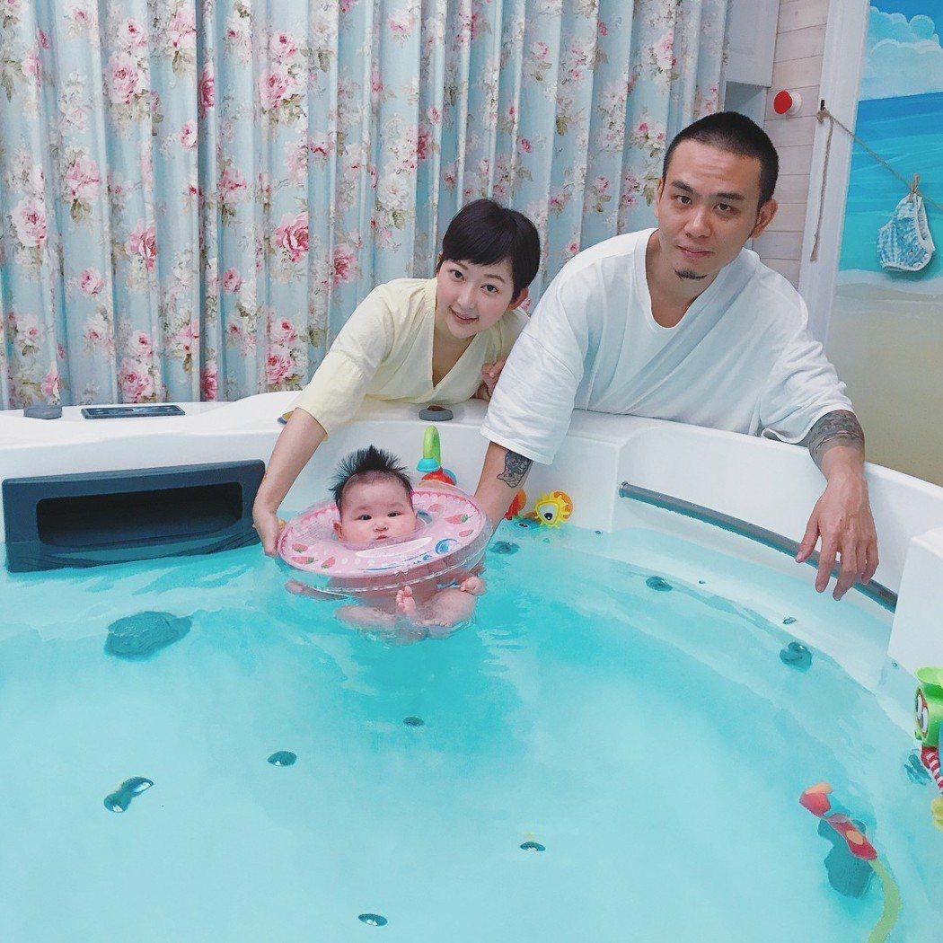楊大正(右)跟老婆山東育有一女「楊樂多」。圖/摘自IG