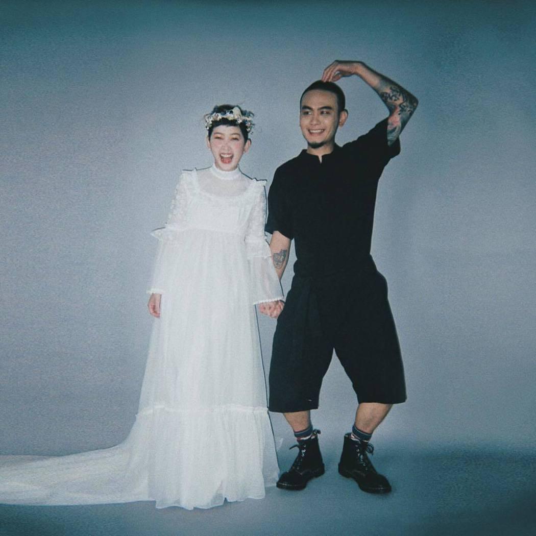 楊大正(右)跟山東的婚紗照不失搞怪個性。圖/摘自IG