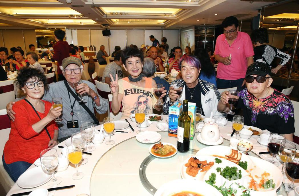資深藝人林松義(右起)、林沖、司馬玉嬌、導演林福地、唐琪,同桌出席關懷資深藝人中...