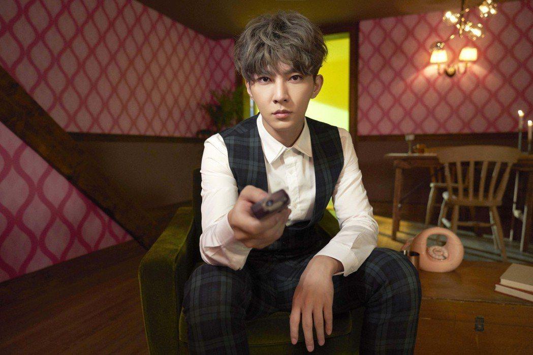 炎亞綸在新歌「親愛的怪物」MV中過著一成不變的生活。圖/華研國際提供