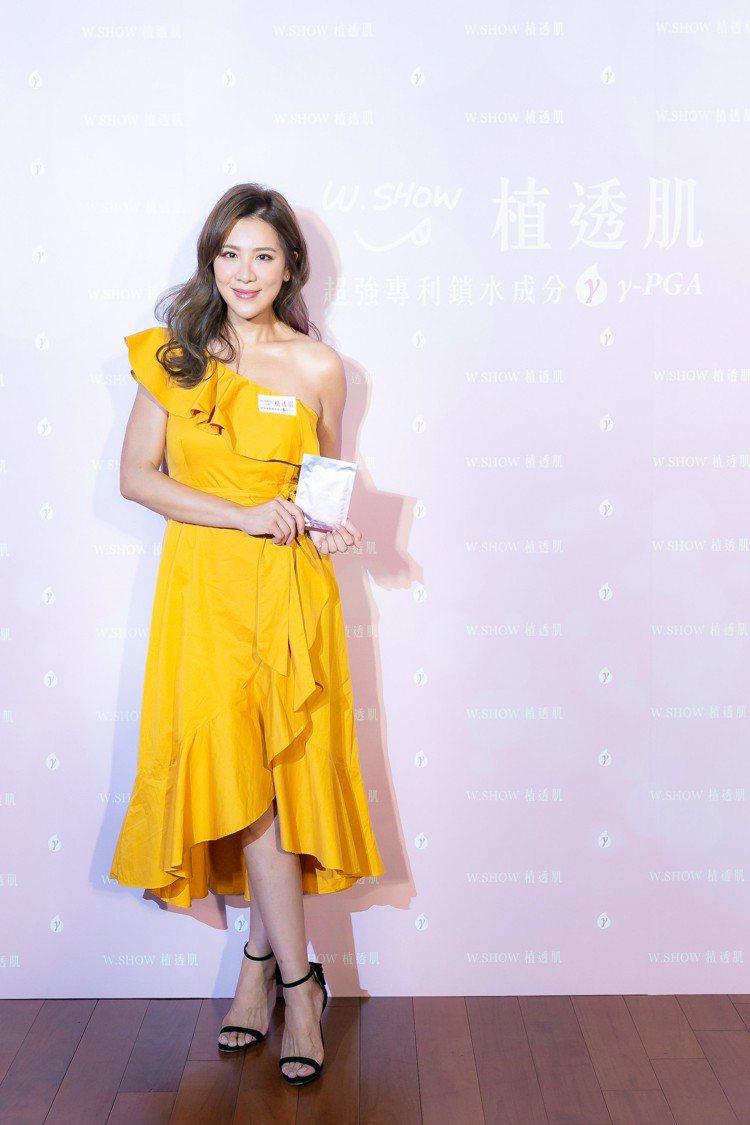 小禎為代言的W.SHOW植透肌全效面膜系列站台,一身黃色露肩小洋裝展現健康膚色。...