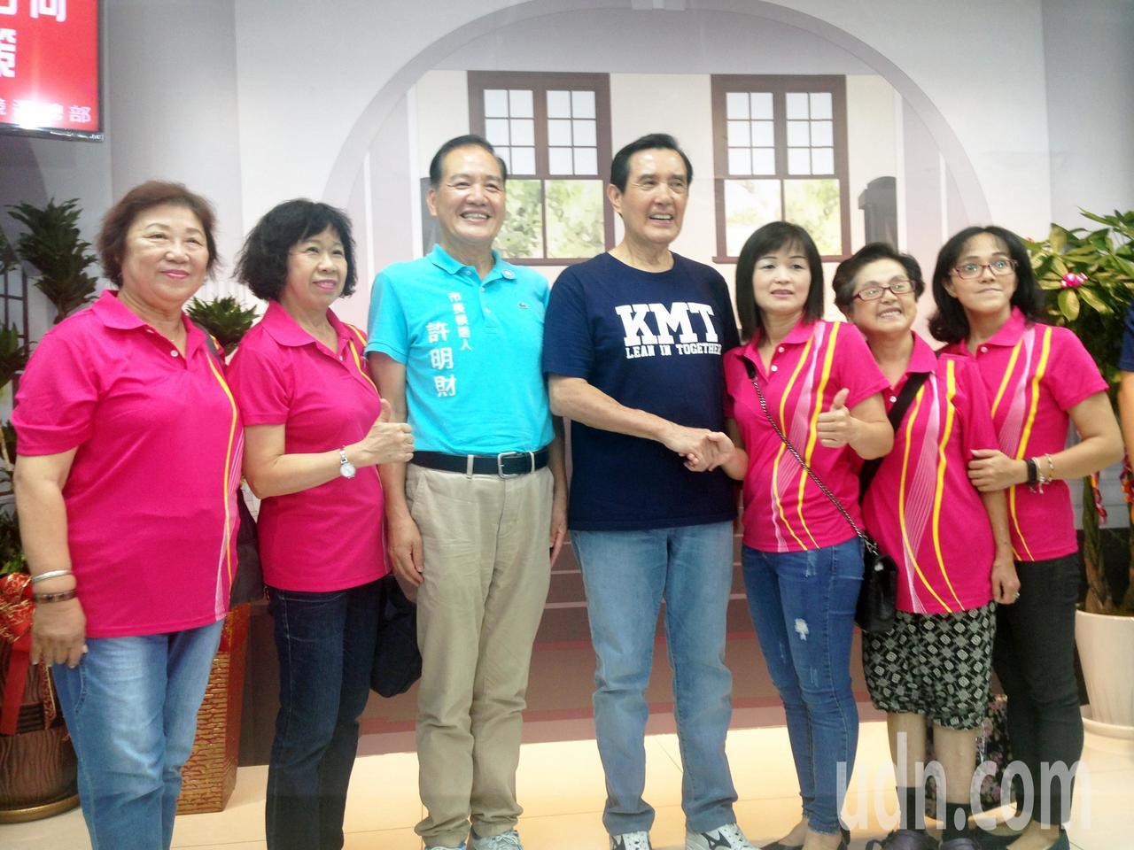 馬英九(右四)人氣超高,不少民眾排隊就為了拍照留念。記者郭宣彣/攝影