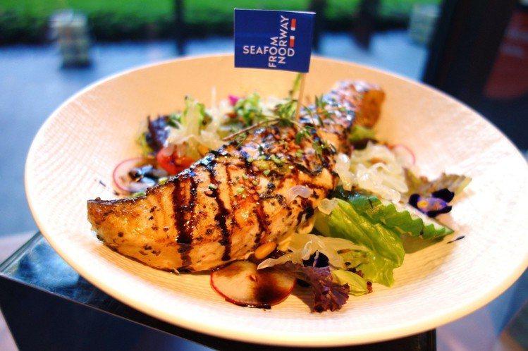 紅藜麥鮭魚柚肉沙拉中的柚子肉有畫龍點睛的效果。圖/挪威海產推廣協會提供