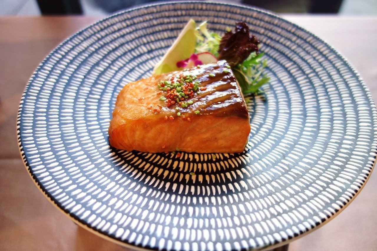 加入白味增調味的火烤鮭魚西京燒。圖/挪威海產推廣協會提供