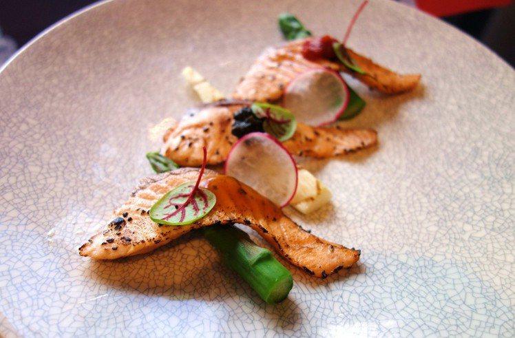 運用香料簡單醃漬、炙燒的時蔬炙燒鮭魚。圖/挪威海產推廣協會提供