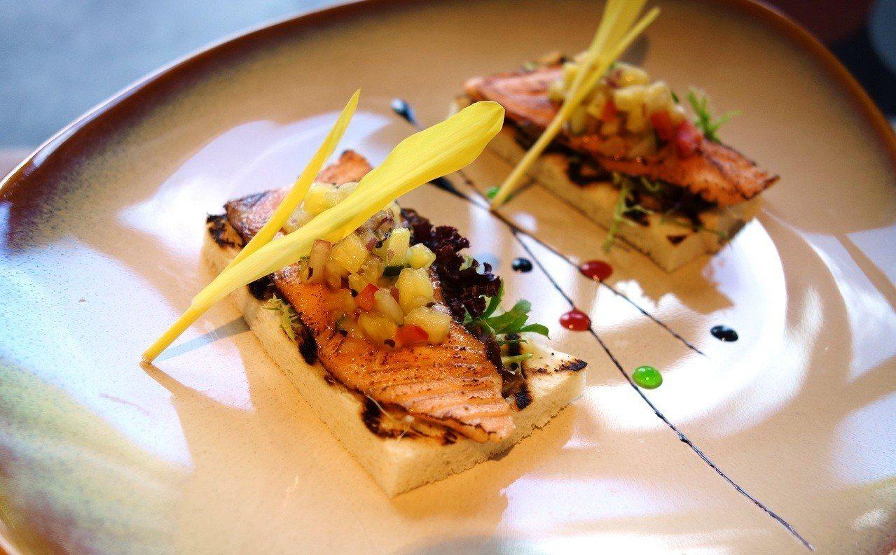 運用中秋烤肉常見的吐司製成的碳烤吐司鮭魚佐鳳梨莎莎醬。圖/挪威海產推廣協會提供