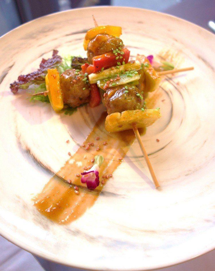 鮭魚肉丁搭配豬絞肉捏成小肉丸,搭配烤肉醬燒烤的鮭魚小丸子串燒。圖/挪威海產推廣協...
