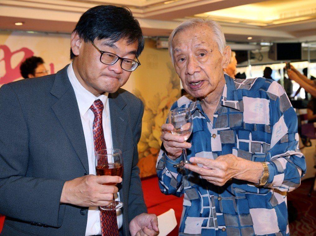 常楓高齡96歲,身體依然硬朗,在中秋餐會上與華視總經理莊豐嘉聊天。記者林俊良/攝