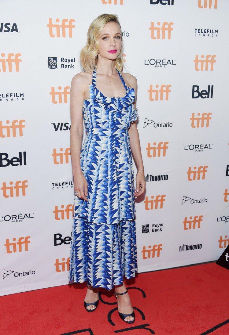 凱莉墨里根出席《狂野生活》紅毯,穿著香奈兒2018/19 Cruise度假系列藍...