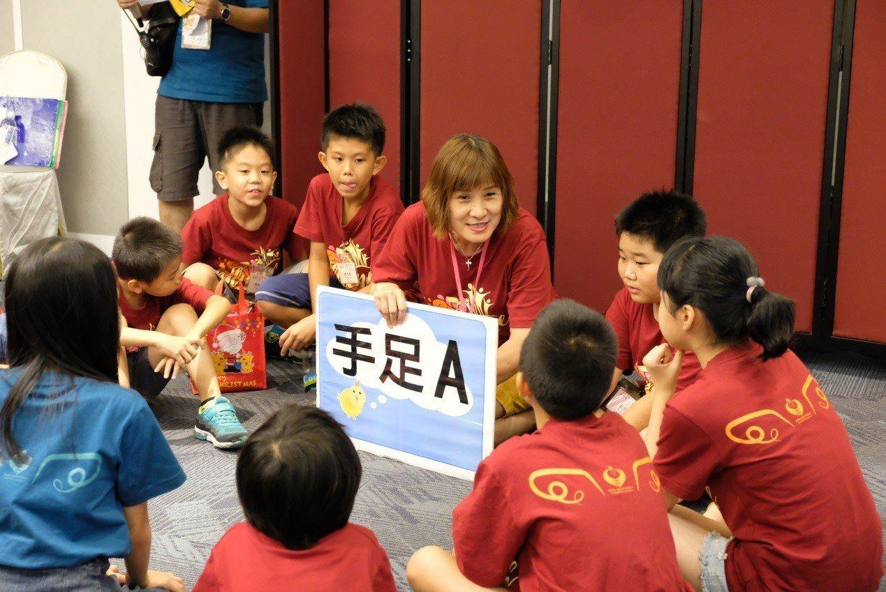 天使心基金會透過喘息營的服務,父母和手足也有各自的成長課程,透過喘息營家長課程更...