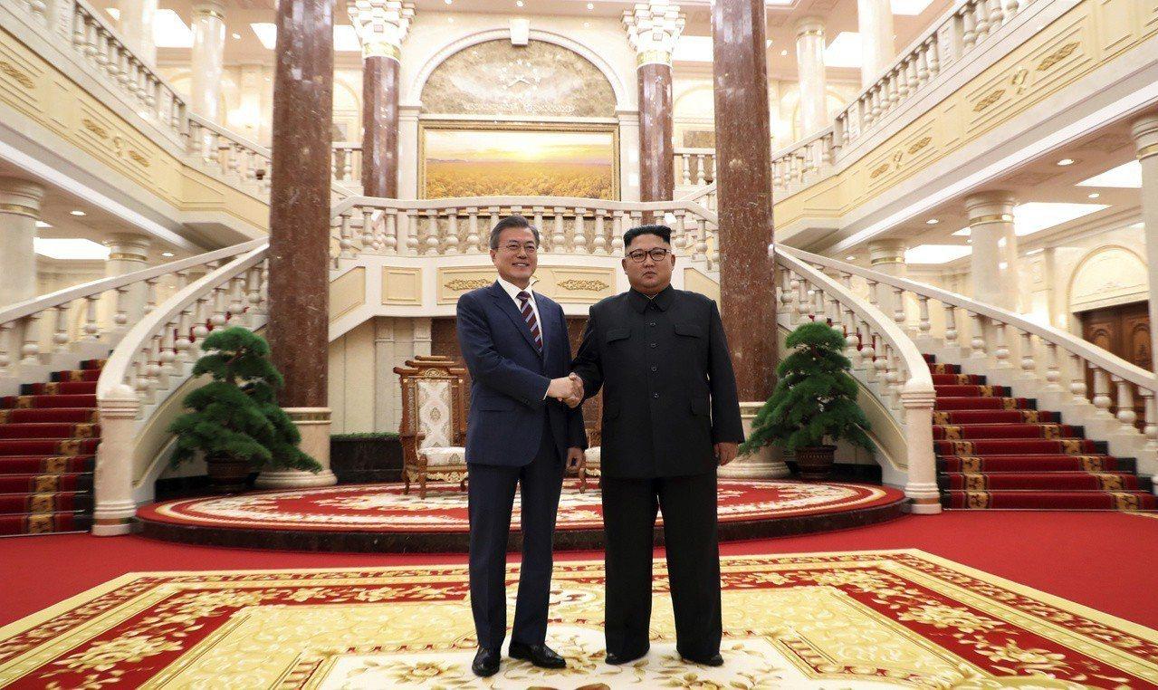 南韓總統文在寅(左)18日在北韓勞動黨中央黨部與北韓國務委員長金正恩(右)會談前...