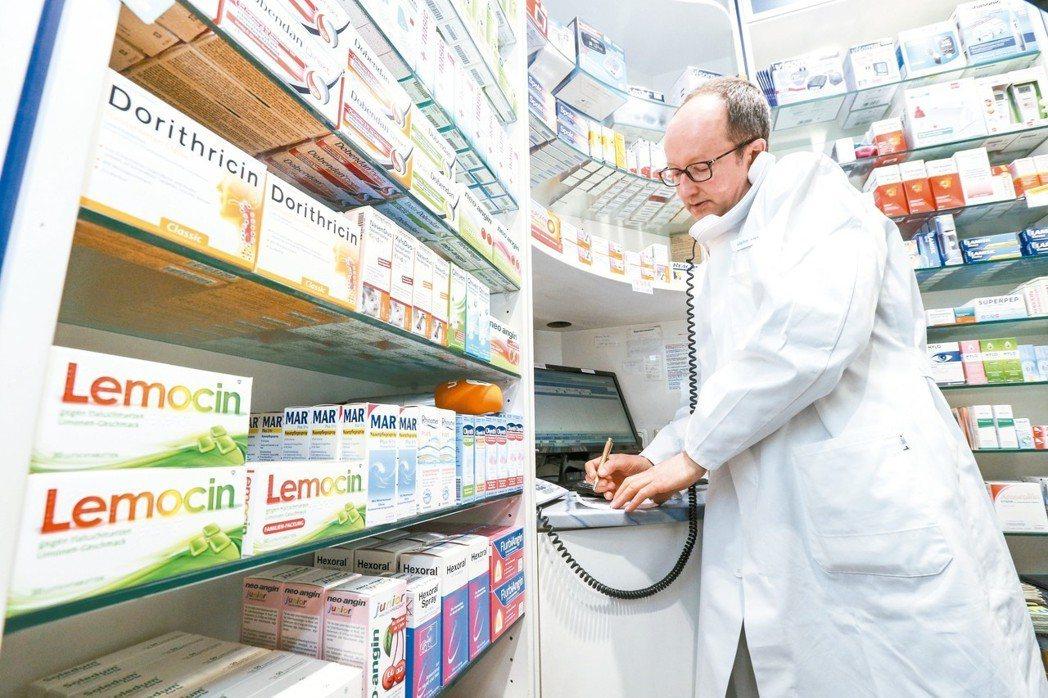 Alpha藥局藥師賴爾勒(Leyerer)電話中跟不方便出門的老人確認藥品清單,...