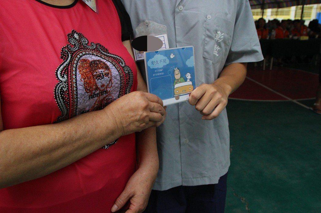 廖姓男子(右)入獄10年,感激阿嬤對他不離不棄,錄製光碟送阿嬤。 記者林敬家/攝...