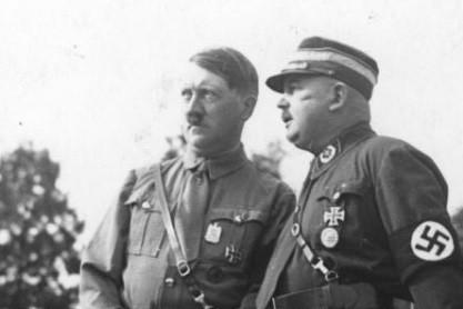 希特勒於與納粹黨成員。 圖/摘自維基百科