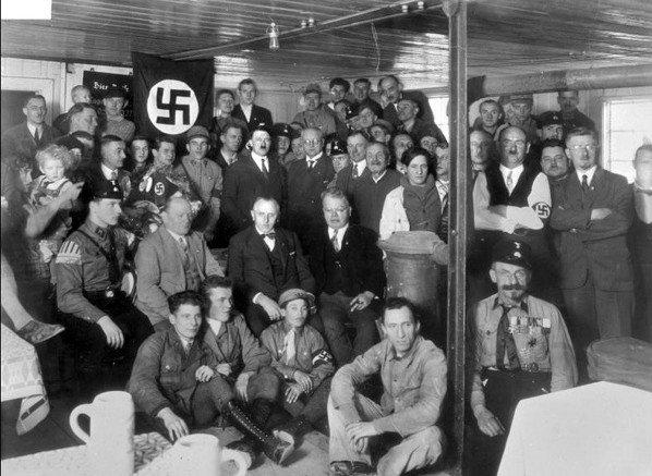1930年,希特勒於與納粹黨成員。 圖/摘自維基百科