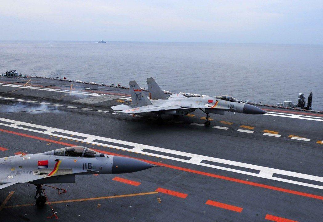 遼寧艦上艦載機阻攔著艦。 (中新社資料照)