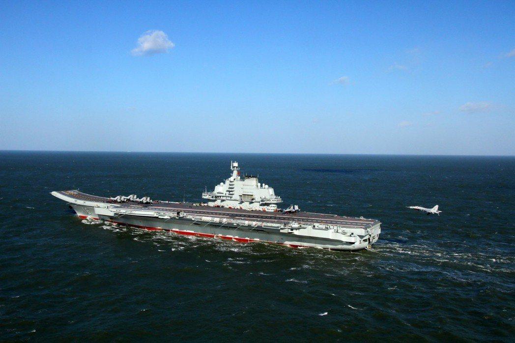 資料圖上是遼寧艦上殲-15艦載機準備著艦。 ( 中新社資料照)