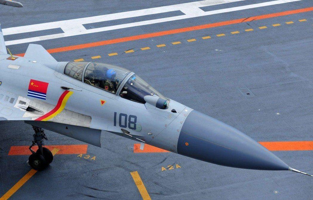 大陸飛行員駕駛殲-15在飛行甲板滑行。 (中新社資料照)