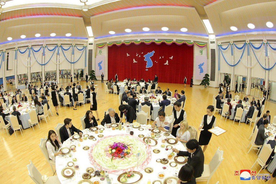 中社發布的照片顯示,金正恩招待文在寅的晚宴會場,背景是兩韓統一圖案。 (路透)
