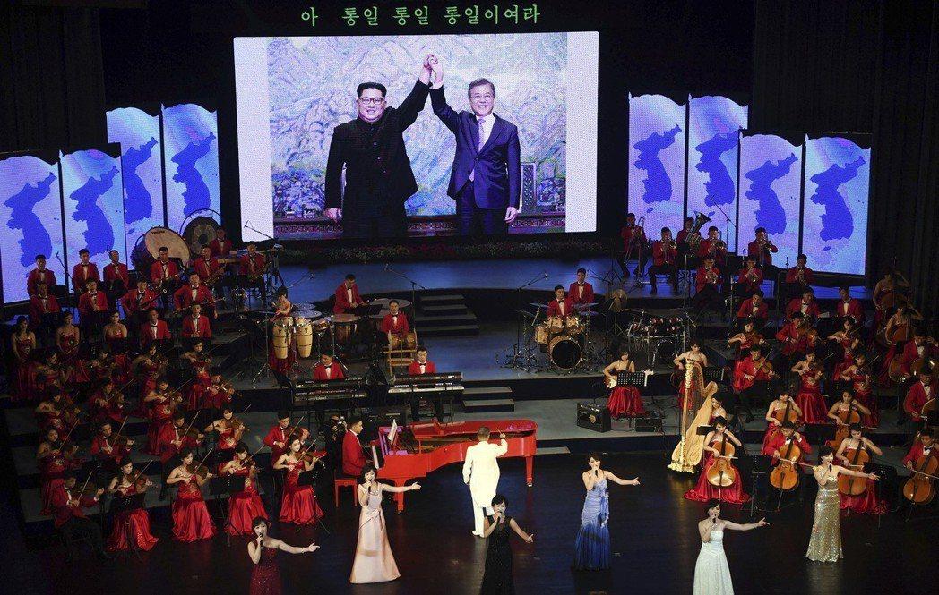 平壤大劇院的舞台背景也用統一旗做裝飾。 (美聯社)