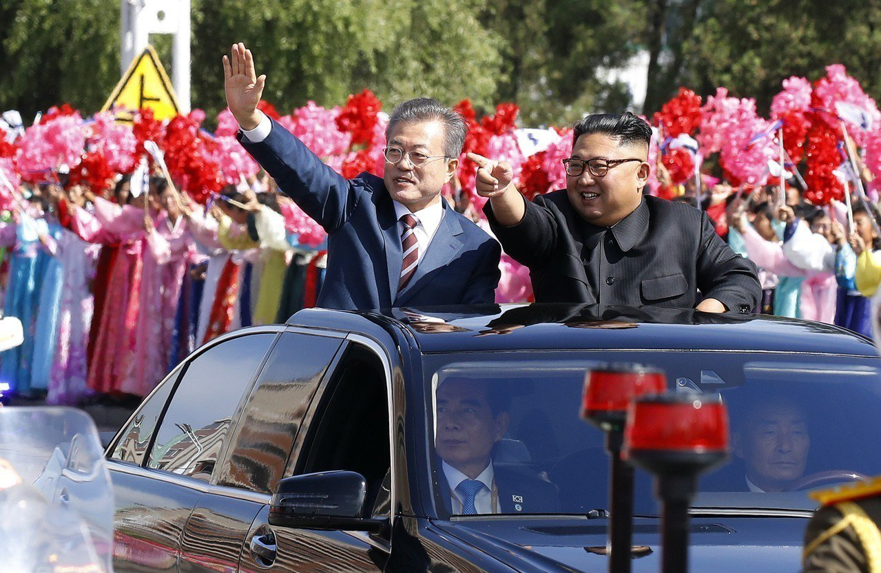 文在寅與金正恩18日共同搭乘敞篷車接受平壤民眾夾道歡迎。 (美聯社)