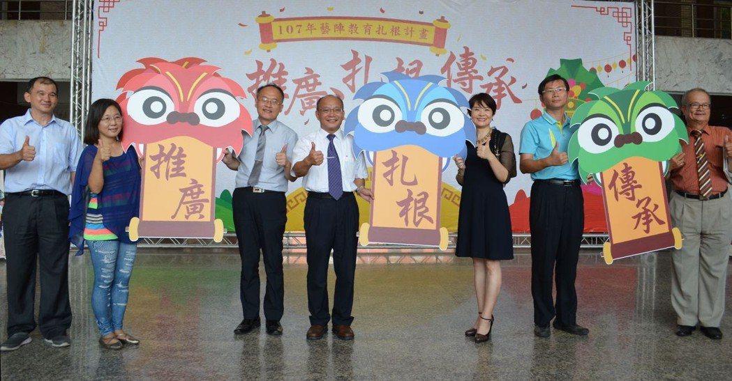 周雅菁副局長(右三)、黃宗顯校長(左四)主持啟動儀式。  陳慧明 攝影