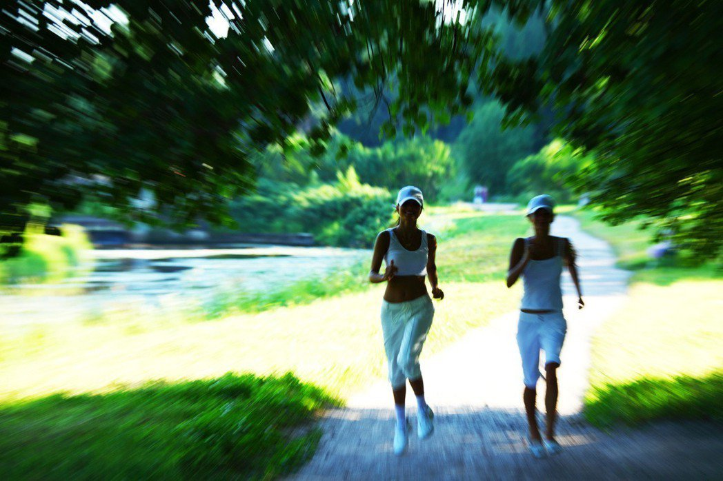 走路對現在來人來說是最經濟又實惠的養生法、是健康生活的象徵。圖片/ingimag...