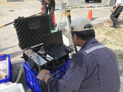 環保署派人前往綠島加油站採集土壤與地下水樣本進行化驗。圖/台東縣環保局提供