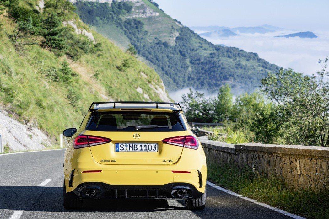 新增的Slippery溼地模式是通過降低動力並提供平順的扭力曲線來提高汽車的穩定性。 摘自Mercedes