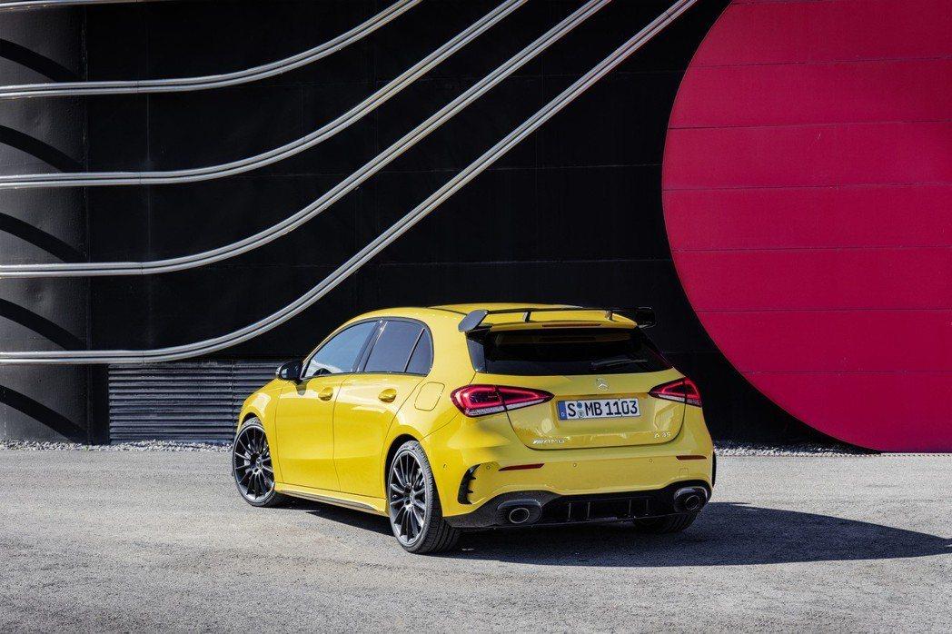 後保桿也經過了修飾,後擾流與大口徑雙出排氣管凸顯AMG的氣勢。 摘自Mercedes