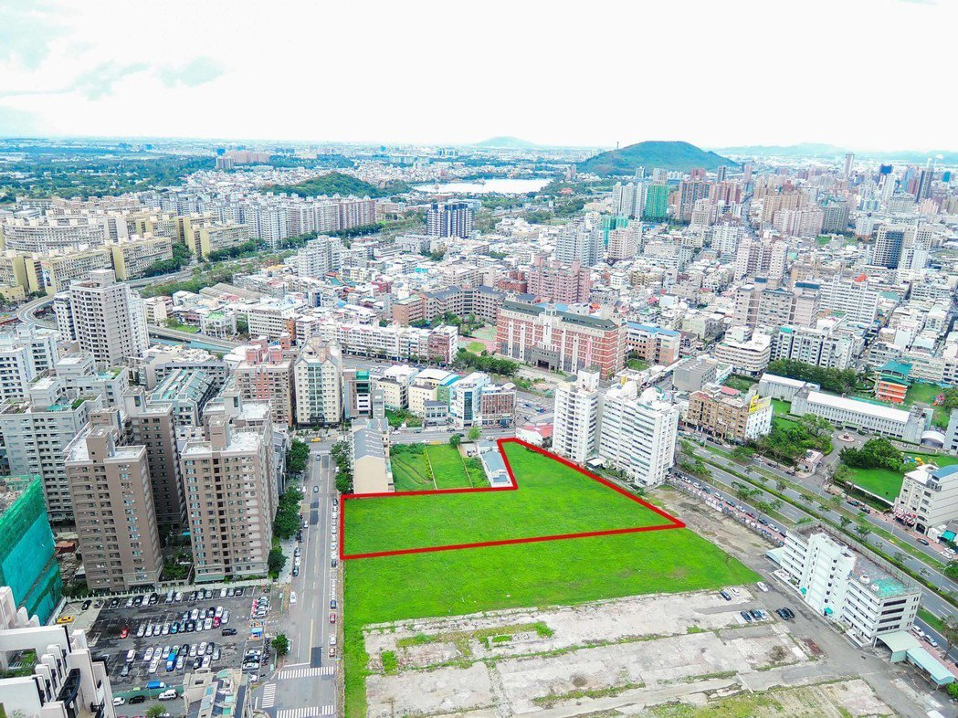 美術館特住五2千坪土地(圖紅線框),由鈜富開發以19億2101萬得標。 圖片提供...