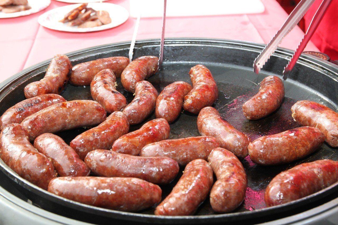烤香腸也是很需要技巧的。 圖片來源/聯合報系 記者黃寅攝影