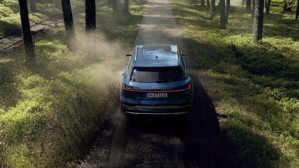 全新Audi e-tron最大續航距離約可達400km。 摘自Audi