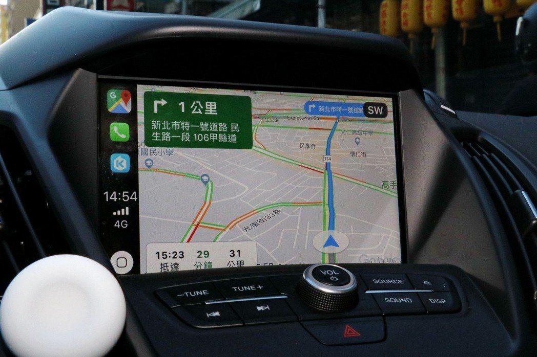 熟悉的Goolge地圖介面出現在Apple CarPlay。 記者陳威任/攝影