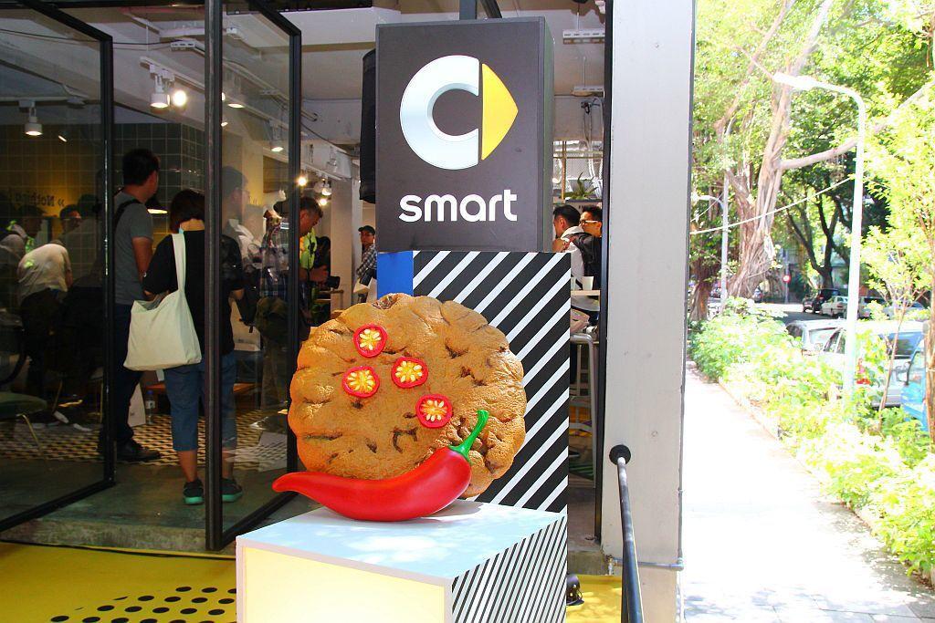 聯名款限定巨大餅乾,讓民眾仿佛來到童趣的奇幻世界。 記者張振群/攝影