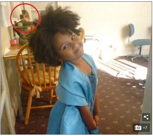 大女兒的照片中出現類似小女兒的身影(圓圈處)。圖擷自Daily Mail每日郵報...