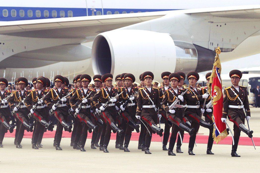 「總統閣下!朝鮮人民軍儀隊為迎接總統閣下到來而列隊。」隨後並發起21響禮炮,並奏...