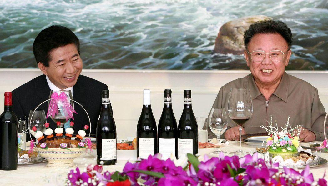 過去在金、盧造訪北韓時,北韓軍儀隊舉刀迎接時,都是先提起金正日的職稱,然後才表明...