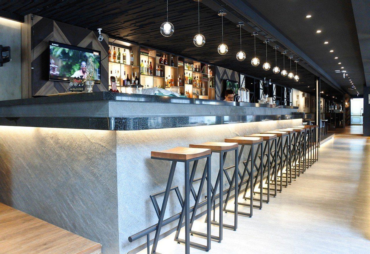 (圖/台灣旅行趣) ▲吧台區是店內最推的座位區,坐在超高高腳椅上品酒,時間就該浪...