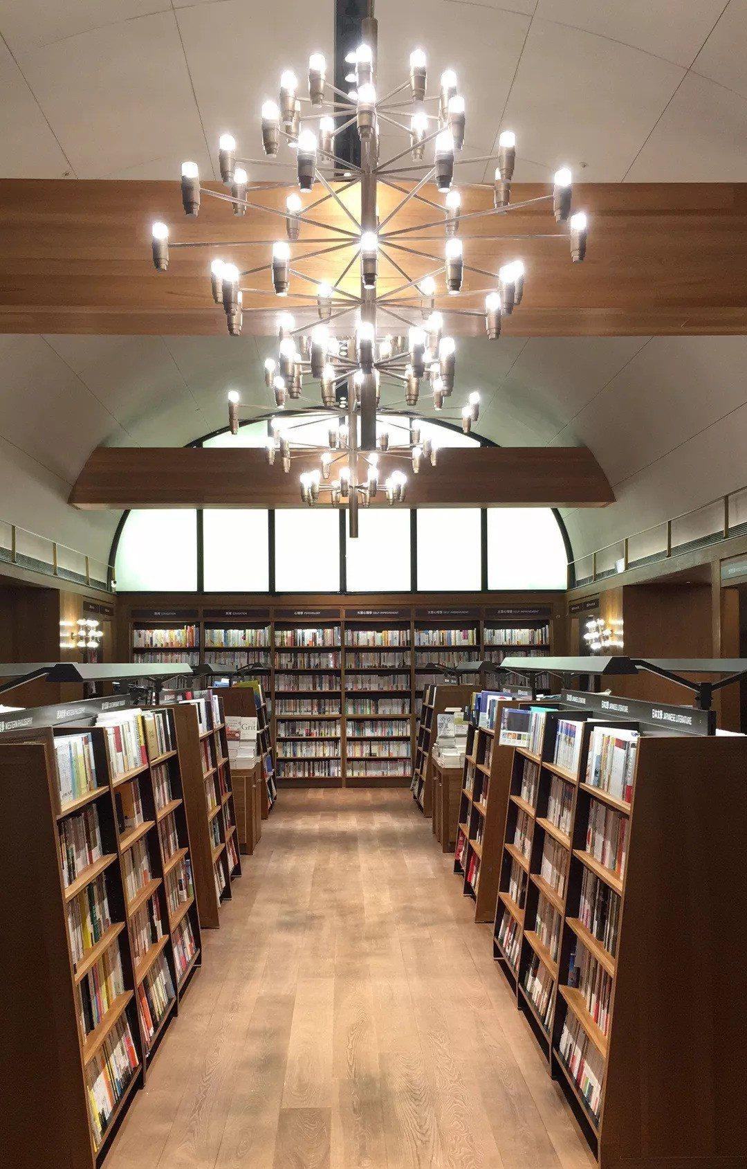現址最早於1977年為今日百貨,頂樓為戲院,書店空間因著這段發展歷史保留了戲院挑...