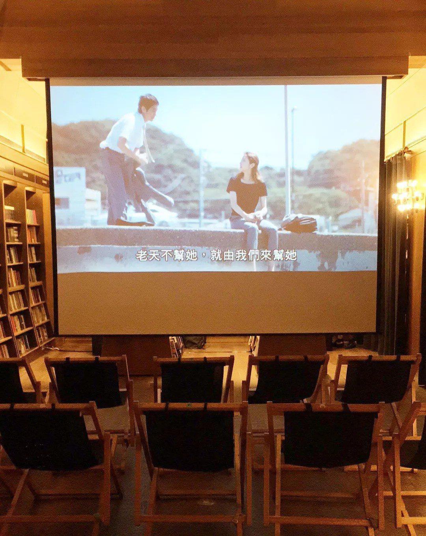 每週六晚上9點,書店部分空間變身成台灣首創書店電影院。