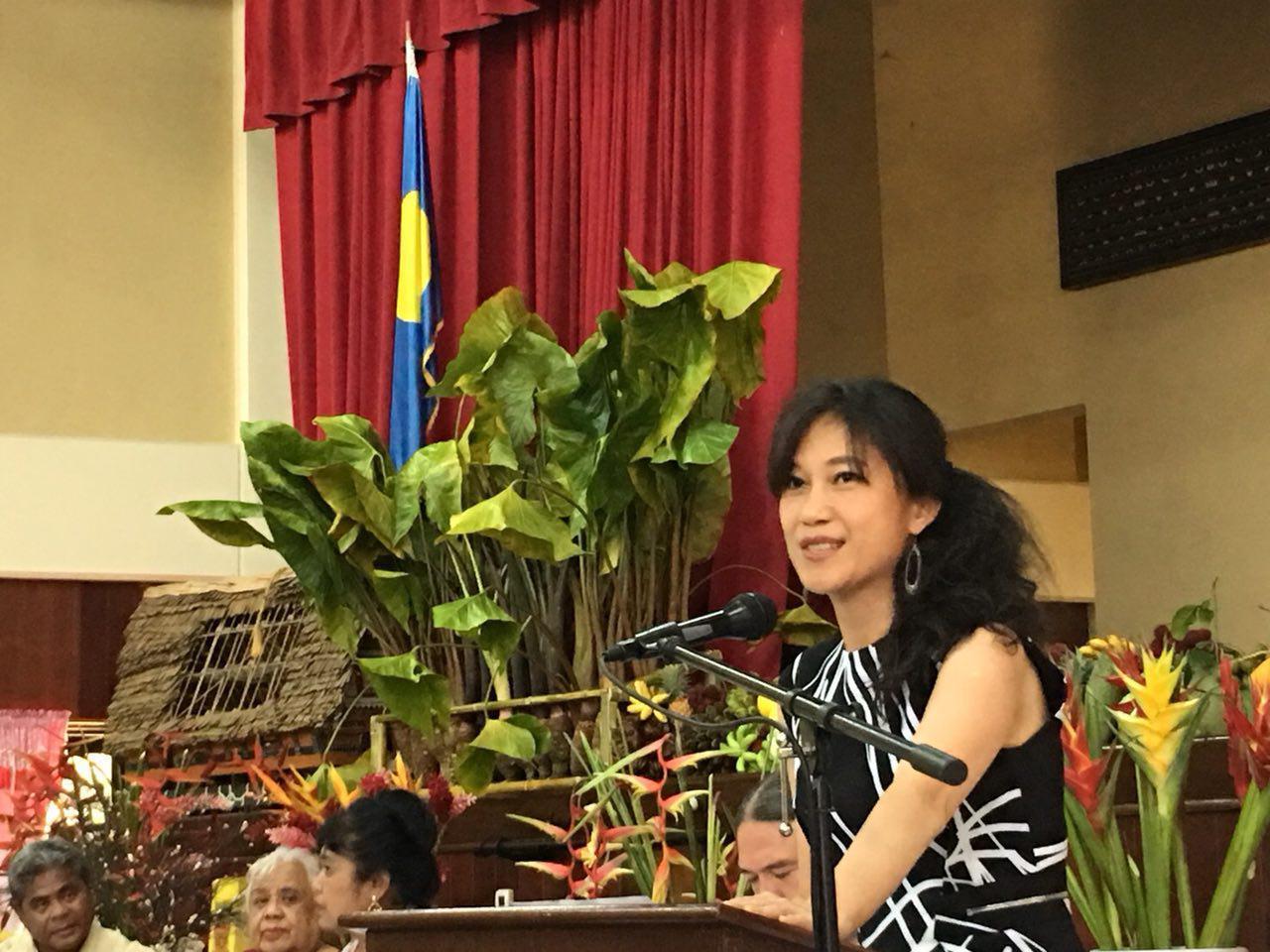 行政院發言人Kolas Yotaka以官方身分赴帛琉演講。 圖/政院提供