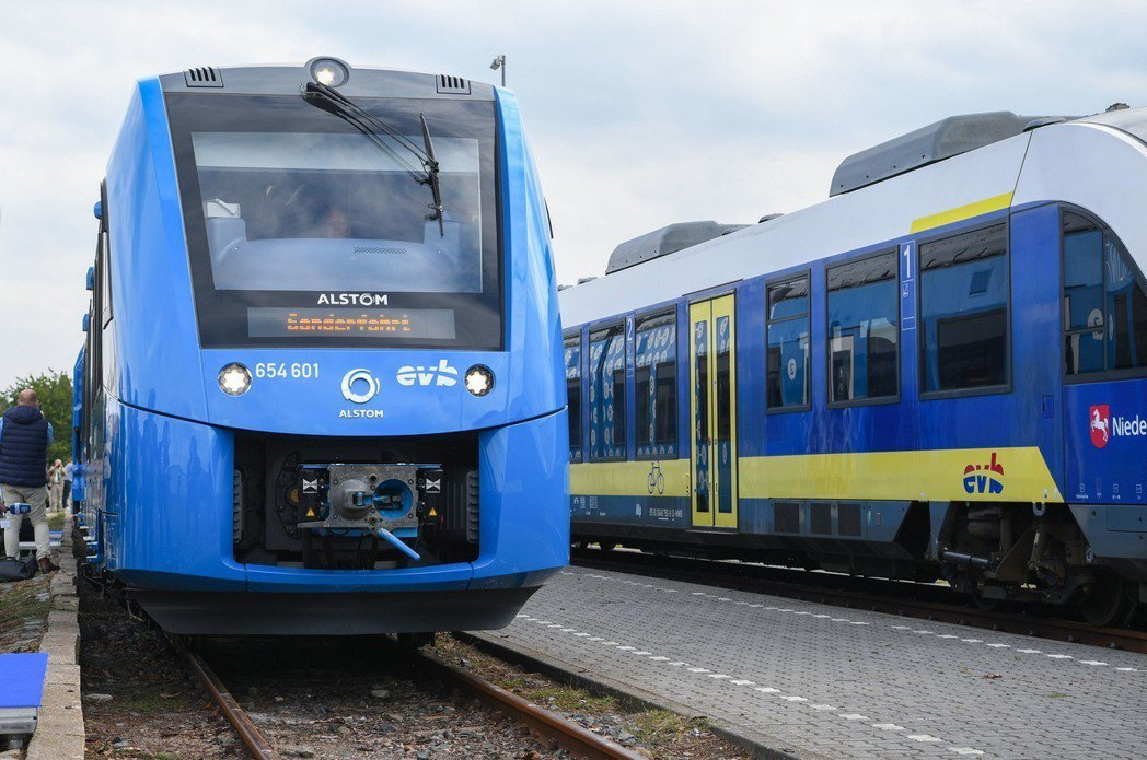 法國火車製造商阿爾斯通(Alstom)製造的第一列氫動力火車,16日抵達德國布雷...